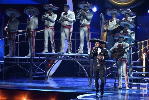 El cantante mexicano Espinoza Paz, con el Mariachi Sol de México, aparece en esta foto del 19 de noviembre del 2015 en la edición 16 de los Latin Grammy en el MGM Grand Garden Arena en Las Vegas ...