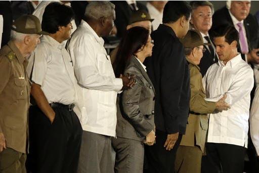 El Presidente de México Enrique Peña Nieto, derecha, saluda al Presidente de Cuba Raul Castro, después de hablar durante la ceremonia en honor del fallecido Fidel Castro, en la Plaza de la Revo ...