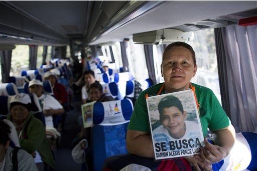 """Dilma Lagos Castro, de Honduras, sostiene una fotografía de su hijo desaparecido, en esta foto de archivo del 14 de noviembre del 2014 en la Ciudad de México. Ella pertenece al grupo de """"Madres  ..."""