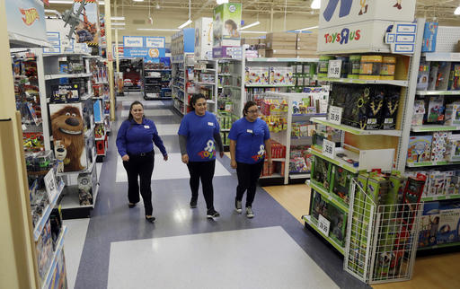 Un informe del Departamento de Comercio indica que las ventas al menudeo subieron un 0.8% en octubre del 2016. En esta foto del 30 de septiembre del 2016, se ve a Christina Whitt, izquierda, geren ...