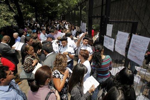 En esta foto de archivo, del 14 de julio del 2009, se aprecia a gente haciendo fila y tratando de conseguir información sobre visas, afuera de la embajada de Canadá en la Ciuadad de México. Aho ...