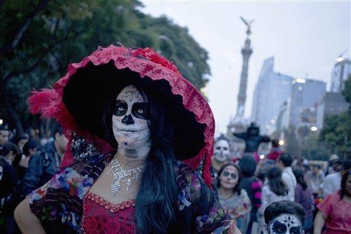 """Una mujer vestida como """"La Catrina"""", personaje de José Guadalupe Posada, forma parte del desfile para la celebración (adelantada) del Día de los Muertos en la Ciudad de México, el 25 de octubr ..."""