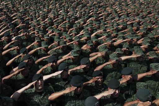 """Soldados saludan al secretario de la Defensa Nacional, de México, general Salvador Cienfuegos Zepeda en el """"Campo Militar número uno"""", en la Ciudad de México, el 16 de abril del 2016. Esta ocas ..."""