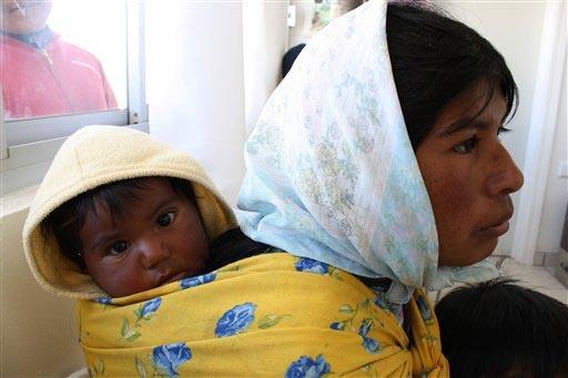 """Una mujer indígena """"Raramuri"""" de la sierra Tarahumara, en el norte de México, aparece aquí con su bebé. Es común que en México se desdeña a los indígenas. El 16 de Diciembre del 2016 la Co ..."""