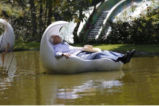 En esta foto del 14 de septiembre del 2016, el  arquitecto Javier Senosiain descansa en este sillón de fibra de vidrio flotante, en una laguna de agua de lluvia, parte de un sistema colector y de ...