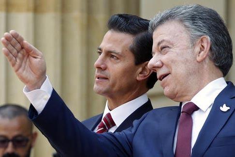 El presidente de Colombia, Juan Manuel Santos (a la derecha), habla con el presidente de México, Enrique Peña Nieto a la llegada de éste a Bogota, Colombia, el 27 de octubre del 2016, para part ...