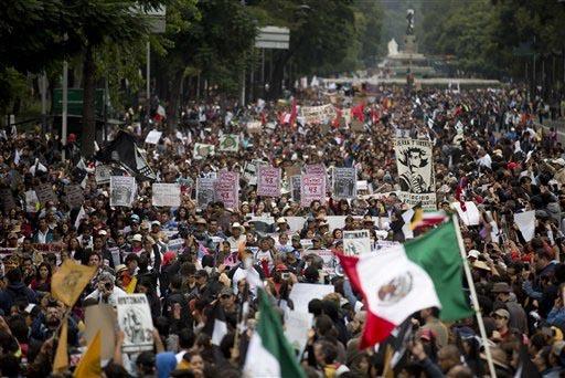 Miles de mexicanos marcharon como protesta en el Paseo de la Reforma, en la Ciudad de México, el 26 de septiembre del 2015, en el primer aniversario de la desaparición de 43 estudiantes de Ayotz ...