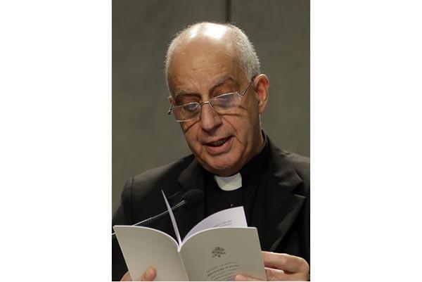 """Monseñor Rino Fisichella lee la carta apostólica del Papa Francisco permitiendo a los sacerdotes absolver el """"pecado grave"""" del aborto, durante una conferencia de prensa, el lunes 21 de noviembr ..."""