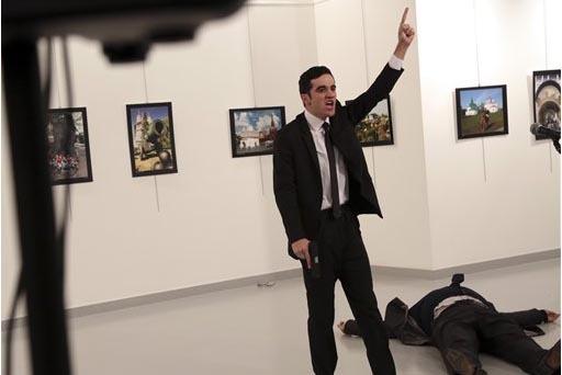 Aquí se ve a un hombre desconocido con una pistola en la mano acaba de disparar al embajador de Rusia en Turquía, Andrei Karlov, en una galería en Ankara, Turquía, el lunes 19 de diciembre del ...