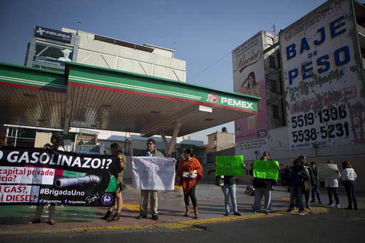 En protesta por los recientes incrementos a los precios de la gasolina y otros combustibles, se han dado diversas manifestaciones en México. Aquí se ve a un grupo en la calzada de Tlalpan, Ciuda ...