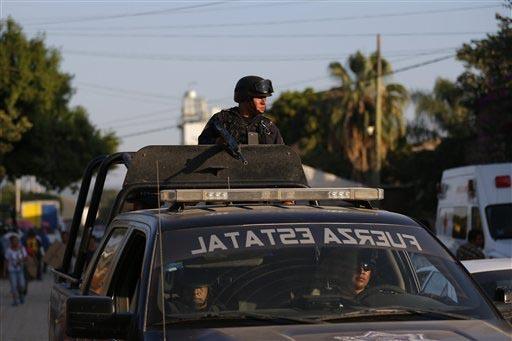 En esta foto de archivo, de diciembre 2 del 2015, se ve a una patrulla de la Policía Estatal de Guerrero, México. Ahora el 15 de diciembre del 2016 se informó que esta policía medió en el int ...