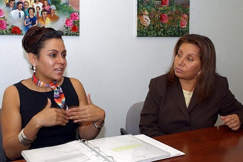 """Victoria Lara, a la izquierda, y Victoria Lewis, hablan sobre la publicación """"Spanish Yellow Pages"""", el 17 de septiembre del 2003, en Portland, Ore. Victoria Lara habló a finales de diciembre de ..."""