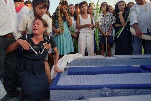 Foto de archivo, del 7 de julio de 1995, cuando residentes del poblado Coronillas lloran en el funeral de ocho residentes de San Miguel Totolapan, estado de Guerrero, en la costa del Pacífico de  ...