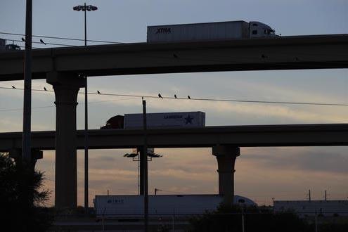 """En esta foto de Nov. 21 del 2016 se ve a camiones ir y venir  sobre el sistema de puentes conocido como """"World Trade Bridge"""", en Laredo, Texas. La gente y el comercio de las ciudades fronterizas d ..."""