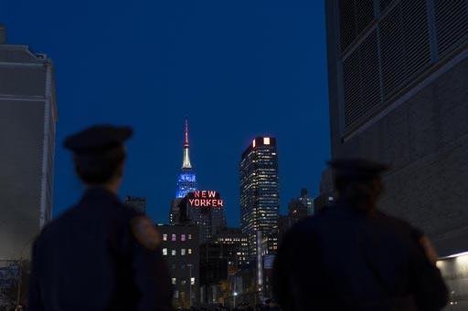Dos oficiales de policía observan el panorama en la Ciudad de Nueva York, cerca del Jacob Javits Center donde la candidata demócrata a la presidencia, Hillary Clinton, sostendrá por la noche un ...