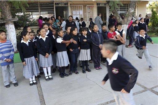En esta foto de archivo, niños en una escuela de Oaxaca se alistan para el primer día de escuela el 24 de agosto del 215, en Oaxaca, México. (AP Photo/Luis Alberto Cruz Hernandez).