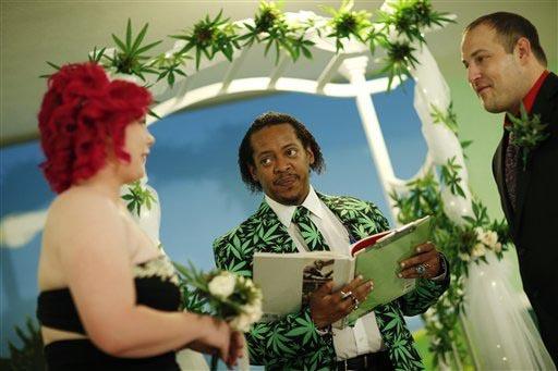 """Natalie Rice, izquierda, y Lee Rice, derecha, son casados por Locq Fortune en un escenario adornado con plantas de marihuana, en una ceremonia en la """"Cannabis Chapel"""", el 20 de abril del 2016, en  ..."""