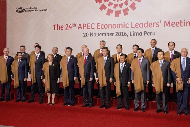 Los líderes de la alianza comercial APEC (Asia Pacific Economic Cooperation), reunidos en Lima, Perú, el domingo 20 de noviembre del 2016. El presidente Barack Obama se ubica en la fila trasera  ...