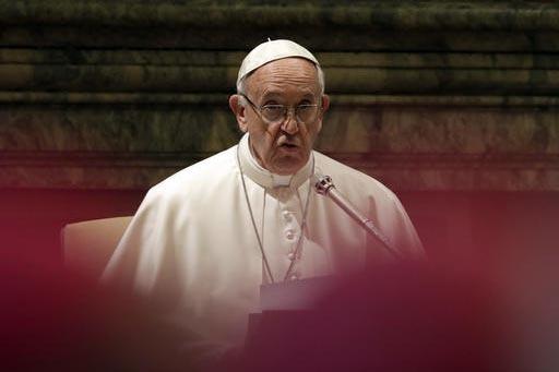 El Papa Francisco ofrece un mensaje con motivo de la Navidad a la Curia Romana que lo visitó, el 22 de diciembre del 2016. Por ora parte Francisco ordenó crear una comisión para investigar un e ...