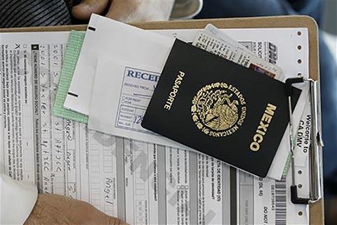 Pasaporte mexicano. (Foto archivo AP/Nick Ut).