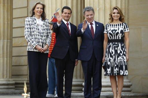 Los presidentes de México, Enrique Peña Nieto, segundo desde la izquierda, y de Colombia, Juan Manuel Santos,segundo desde la derecha, saludan a la prensa acompañados de: Maria Clemencia Rodrig ...