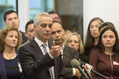 El alcalde de Chicago, Rahm Emanuel, al centro, habla en una conferencia de prensa el 14 de Noviembre del 2016, en Chicago. Emanuel dijo en otro momento después que su ciudad se mantiene como san ...