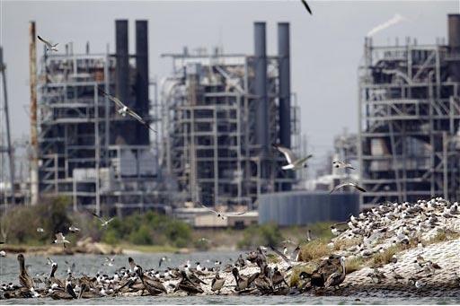Una planta refinadora de petróleo de Texas. en foto de archivo June 28, 2011. Una empresa estadounidense anunció planes para construir en el 2017 una refinería cerca de la frontera de México p ...