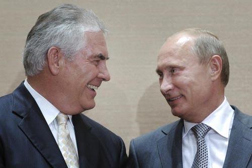 En esta foto de archivo, del 30 de agosto del 2011, el primer ministro de Rusia, Vladimir Putin, derecha, y Rex Tillerson, jefe ejecutivo de ExxonMobil, sonríen uno al otro durante una ceremonia  ...