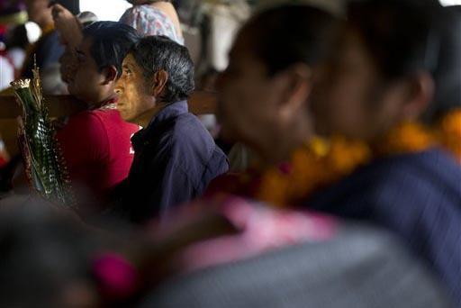 En esta foto de archivo del 2015 se ve a gente rezando en la Basílica de Guadalupe en la Ciudad de México. Un hombre sostiene una estatuilla de la virgen considerada la Emperatriz de las Améric ...