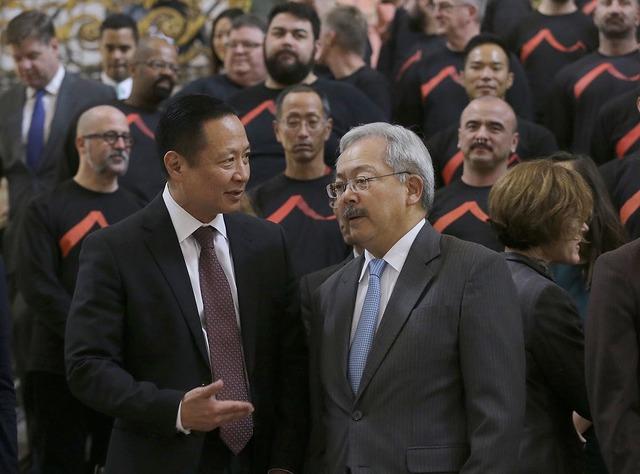 El alcalde de San Francisco Ed Lee, a la derecha, habla con el defensor público Jeff Adachi en un evento el 14 de noviembre del 2016, donde se reafirmó a la Ciudad de San Francisco como santuari ...