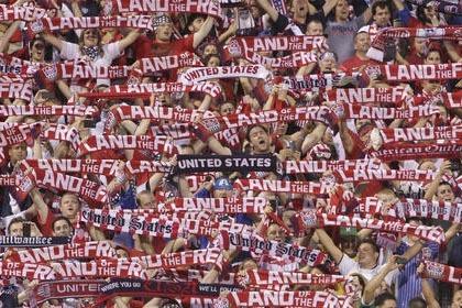 En esta foto de archivo se ve a fanáticos de la selección de fútbol soccer de Estados Unidos durante el medio tiempo de un partido contra la selección mexicana, el 10 de septiembre del 2013, e ...