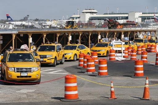 Los aeropuertos suelen cobrar cuotas a los taxis y al final el costo se pasa al pasajero, informa una nota de AP. En esta foto de archivo algunos taxis se alinean para servir a pasajeros en la ter ...