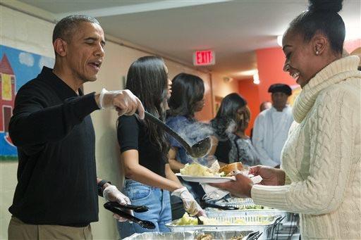 """El Presidente Barack Obama ayuda a servir la cena de Thanksgiving en el evento """"Feast with Friends"""" en el Centro de Desamparados """"Friendship Place"""", el 25 de noviembre del 2015, en Washington. """"Fr ..."""