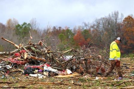 Bob Wright busca sus pertenencias después que un supuesto tornado arrasó el poblado de Rosalie, Alabama  que mató a tres miembros de las familias de sus hermanos, el 30 de noviembre del 2016. ( ...