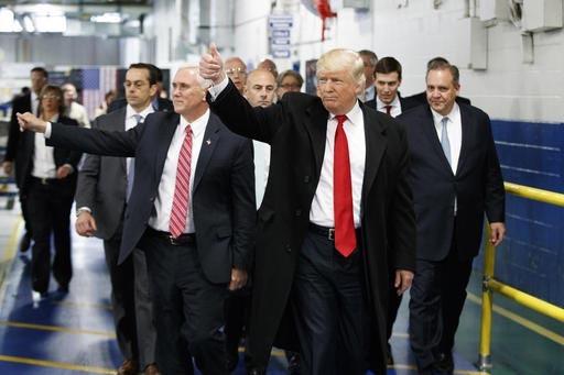 El Presidente electo Donald Trump y el Vicepresidente electo Mike Pence saludan a los trabajadores, durante una visita a la fábrica Carrier el jueves uno de diciembre del 2016, en Indianapolis, I ...