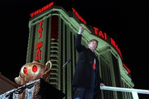 """En esta foto de archivo, del 5 de abril de 1990, Donald Trump aparece junto a una """"lámpara del genio"""", después de la apertura de su hotel-casino """"Trump Taj Mahal"""", con fuegos artificiales espect ..."""