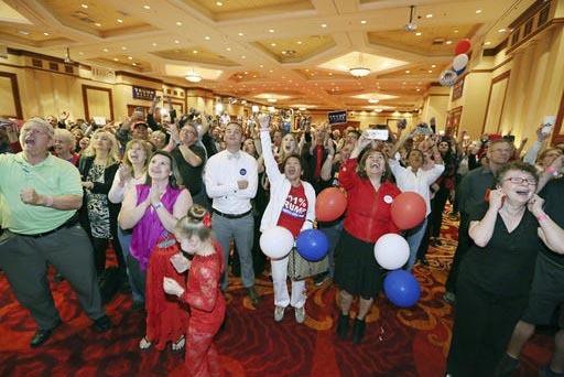 Seguidores republicanos de Nevada celebran en Las Vegas, la noche del martes 8 de noviembre del 2016, el triunfo de su candidato presidencial Donald Trump, quien Ganó la mayoría de votos elector ...