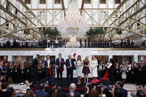 """El candidato republicano a la presidencia, Donald Trump,  acompañado de su familia inauguró el """"Trump International Hotel"""" en lo que fue el edificio viejo postal, el 26 de octubre del 2016, en W ..."""