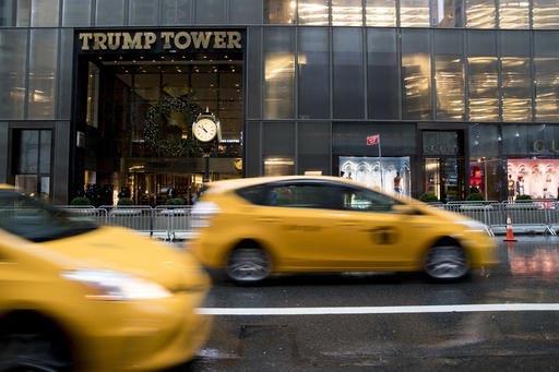 Escena de la entrada a la Torre Trump, de La Quinta Avenida en Nueva York, el 29 de noviembre del 2016. El presidente electo Donald Trump anunció que se separa de sus negocios para dedicarse a la ...