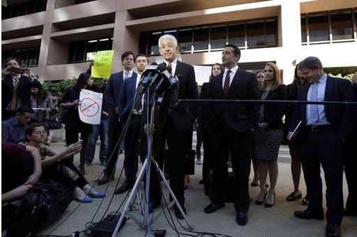 Daniel Petrocelli (al centro), abogado líder del presidente electo Donald Trump, habla en conferencia de prensa sobre la demanda contra la ahora desaparecida Trump University, el 18 de noviembre  ...