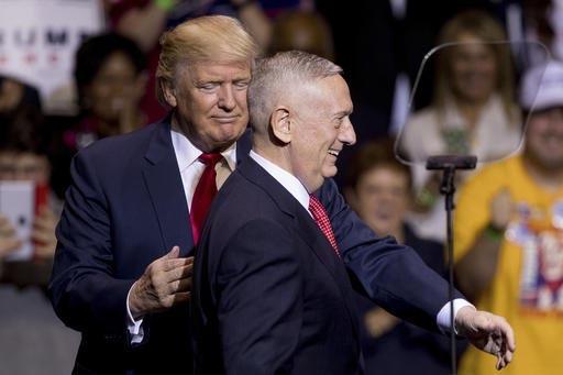 El Presidente electo Donald Trump saluda al general retirado de los Marine Corps., James Mattis, a la derecha, y lo anunció como su designado para secretario de Defensa durante un evento en Fayet ...
