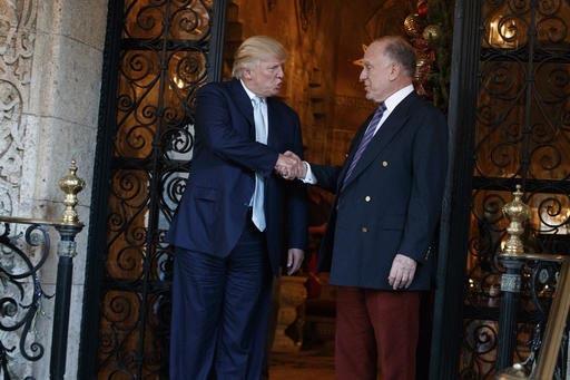 """El Presidente electo Donald Trump estrecha la mano de Ronald Lauder, presidente del Congreso Mundial Judío, luego de una reunión en """"Mar-a-lago"""", Palm Beach, Florida, el 28 de diciembre del 2016 ..."""