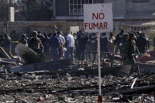 """Un letrero de """"No fumar"""" aparece en esta foto del 21 de diciembre del 2016, de una parte de lo que quedó del mercado San Pablito, dedicado a la venta de fuegos artificiales, en el municipio de Tu ..."""