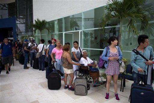 """Los mexicanos que viajan de Estados Unidos a México en vacaciones de invierno tienen la ayuda del """"Programa Paisano"""" (Foto Archivo AP/Rebecca Blackwell)."""