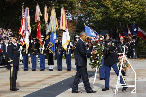 El presidente Barack Obama deposita una ofrenda floral en la Tumba al soldado desconocido, durante la ceremonia oficial de homenaje en el Día de los Veteranos, llevada a cabo en el Cementerio Nac ...