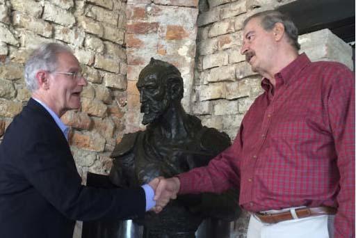 El expresidente de México Vicente Fox (derecha) saluda al alcalde de Tucson, Arizona, Jonathan Rothschild, durante un encuentro en las instalaciones de la Fundación Fox, en Guanajuato, Mexico, e ...