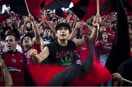 """En esta foto de archivo se ve a fanáticos del equipo de fútbol soccer Xoloitzcuintles of Tijuana, mas conocidos como """"Xolos"""". Acaban de pasar el 24 de octubre a las finales del Torneo Apertura 2 ..."""