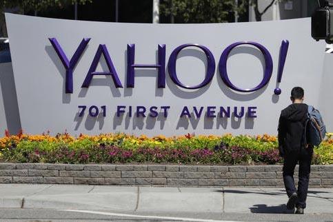 En esta foto de archivo, de Julio 19 del 2016, un hombre camina cerca del letrero corporativo de Yahoo  en el edificio de sus oficinas centrales en Sunnyvale, Calif. Yahoo dio a conocer el 14 de d ...