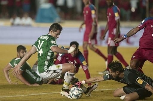 El delantero de la selección mexicana, Javier Hernandez (de verde), intenta meter gol pero el portero de Panamá, Jaime Pinedo,  tapa el balón en partido del proceso de calificación rumbo a la  ...