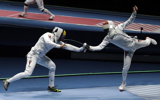 Rubén Limardo Gascón de Venezuela, a la izquierda, compite con Ayman Fayez de Egipto en espada individual masculino en los Juegos Olímpicos de 2016 en Río de Janeiro, Brasil, el martes 9 de ag ...